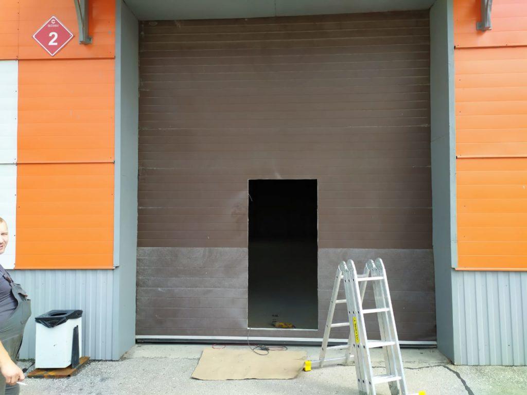 Работы по установке калитки на автоматических воротах DoorHan